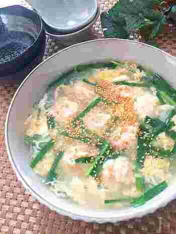 ニラがたっぷり入ったスタミナスープ。味付けは市販の白だしを使ってラクラク、仕上げにゴマ油をたらして香りもうまみもアップさせます。