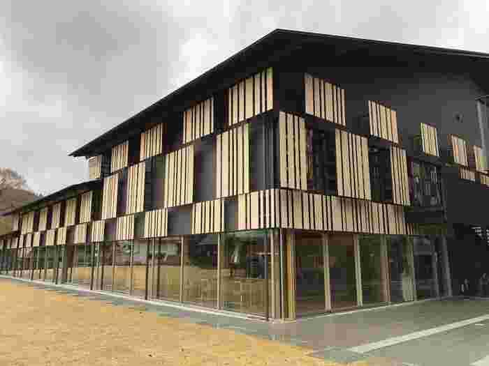 ぜひ立ち寄っていただきたいのが、2018年5月に開館した「雲の上の図書館(梼原町立図書館)」。梼原町役場の建築のように地元の杉板を豊富に使用し、木材×ガラスを組み合わせたつくりとなっています。  実はこちら、図書館だけでなく福祉施設「YURURIゆすはら」との複合建築。実際足を運んでみると、「思ったより建物が大きい!」と圧倒されますよ。