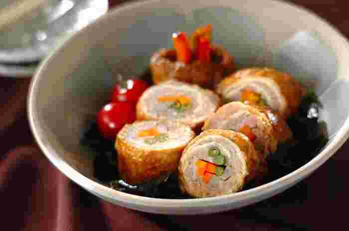 油揚げの中に、鶏ひき肉、ニンジン、ゴボウ、サヤインゲンのタネを入れて煮た「お揚げの鶏ひき肉ロール煮」。ご年配の方にも喜ばれそうな和風の見た目の彩りも素敵な煮物は、お弁当に入れても見栄えがしそう。