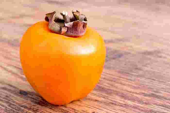 秋の味覚「柿」。実は柿はとっても栄養が豊富なフルーツなんです。ビタミンCやβ-カロテンをはじめ、食物繊維やポリフェノールなど…甘くて美味しい上にいろんな栄養素が取れるなんて嬉しくなっちゃいますね。 そんな秋の味覚、柿の美味しさをさらに引き出すアレンジレシピをご紹介します。