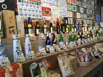 伏見夢百衆の店内には伏見で造られたお酒や京都ならではのお土産がたくさん販売されています。お気に入りのお酒が見つかったらお土産に買って帰ってみてはいかがでしょうか。