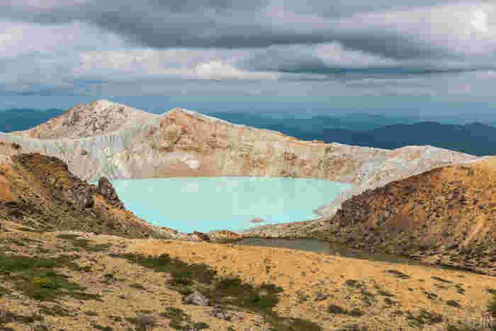 草津温泉から車で30分ほどのところに位置する白根山には火口湖の湯釜(直径約300メートル、水深30メートル)があります。 晴れた日には美しいエメラルドグリーンが見られる。