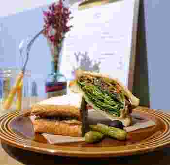 断面が美しい、NYビーフサンドが人気。さくふわトーストに、レタスやパプリカなど新鮮な野菜とカレー風味のひき肉がマッチして絶妙なおいしさです。