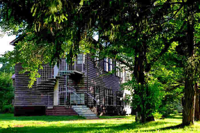 北海道美唄市にある「アルテピアッツァ美唄」。かつて炭鉱の町として栄えたこの場所は、閉校になった木造校舎の小学校(1階部分を幼稚園、2階部分をギャラリーとして再生)を中心に、約7万㎡の広大な敷地を活かした芸術の広場として親しまれています。