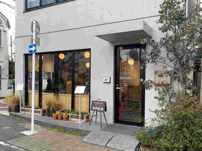 食べる宝石と言われている「ミガキイチゴ」の専門店<いちびこ>さん。キャッチフレーズは「いちご好きの、いちご好きによる、いちご好きのためのお店」。スイーツをはじめ、焼き菓子やドリンク、フードメニューなど、いちごを使ったメニューがたくさん用意されています。都内に6店舗、宮城県に1店舗で営業中。写真は太子堂店の様子です。