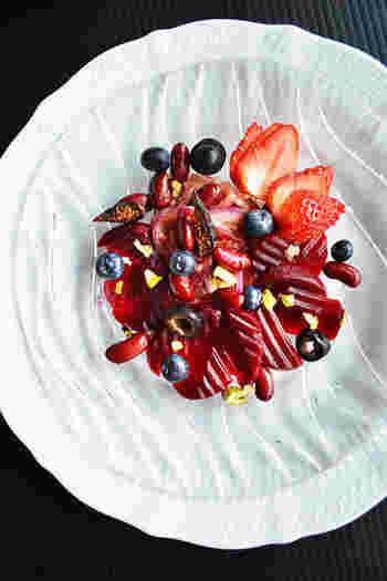 ビーツは、下処理の必要がない缶詰を使えば、とても簡単!ビーツ料理の登場も多くなります。こちらは、デザートのように美しいビーツサラダ。ビーツや赤玉ねぎ・いちごなどの赤と、ブラックオリーブ・ベリーの黒のコントラストがきれいです♪