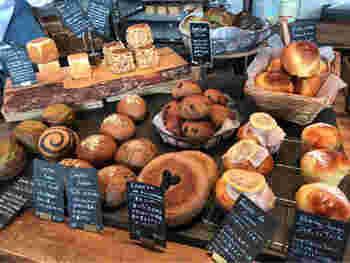 どんどん焼きあがって店頭に並べられるパンは、種類も豊富。生地自体がとても味わい深く、シンプルな食パンなどは小麦の風味がはっきり感じられるほどです。個性的な形のものもあり、見ているだけでワクワク楽しい気分になってきます。