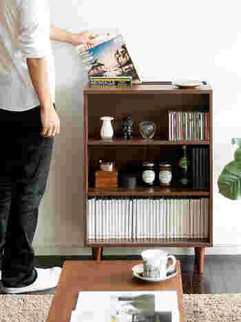 こちらの本棚は、コンパクトなサイズながら収納力の高いアイテム。後ろがマガジンラックになっていて、大きな本や雑誌も収納できる上に、ちらりと見える様子がとてもおしゃれ。棚は3cm間隔で調整できるので、本のサイズにあわせて仕分けもできますよ。