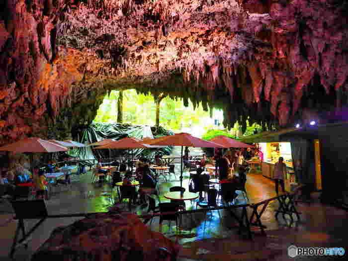 ガンガラーの谷の入り口に、鍾乳洞をそのまま活かして造られた「ケイブカフェ」。非日常的な空間のカフェで、癒やしのひと時をお過ごしくださいませ。