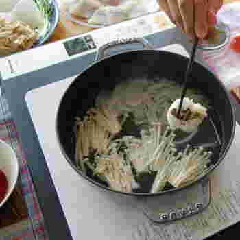 鍋料理にも重宝するストウブは、鱧の頭の骨と昆布でダシを取った「鱧しゃぶ」にも。 愛用していた土鍋が欠けてしまい「すき焼きにも使えるものを」、と選んだのだそう。。IHホットプレートの使用が可能で、卓上で楽しむ鍋料理に活用されています。