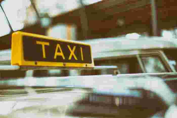 日本なら、電車やバス・タクシーなど公共交通機関でスムーズに移動することが可能ですよね。しかし、旅行先によってはディープな地元の方が多いエリアに行く際は、注意が必要です。旅に慣れしてない、私たちのような外国人を狙って、電車やタクシー料金をぼったくられたなんていうケースも……。