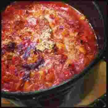 カスレとは、フランスの豆の煮込み料理。白インゲン豆、豚肉、根菜などの野菜、ソーセージを、トマトをベースとしてじっくり煮込み、最後にパン粉とパルメジャーノをかけて鍋のままオーブンで焼きます。野菜がたっぷりなのでヘルシーですし、それぞれの具からのうまみも感じられるスープです。最後にオーブンで焼くことで香ばしさが加わるのもいいですね!オーブンに鍋ごと入れられるのも、ストウブ鍋の魅力のひとつです。