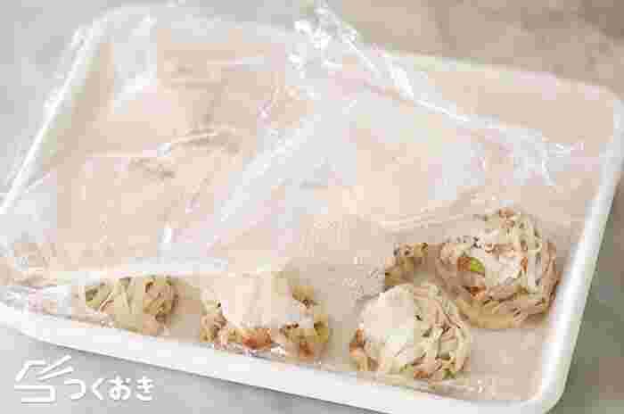 耐熱皿は、そのまま冷凍庫に入れても大丈夫な材質のものがほとんどです。  だからこそ、「耐熱皿を使って料理を作って」→(耐熱皿を洗いなおして)→「料理を耐熱皿に並べて冷凍庫へ」という事も可能。  また、「料理を並べた耐熱皿を冷凍庫から取り出して」→「そのまま加熱しなおす」ということも、料理によっては可能です。