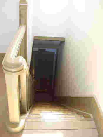 雰囲気のある階段の下には、かつて女中部屋もありました。