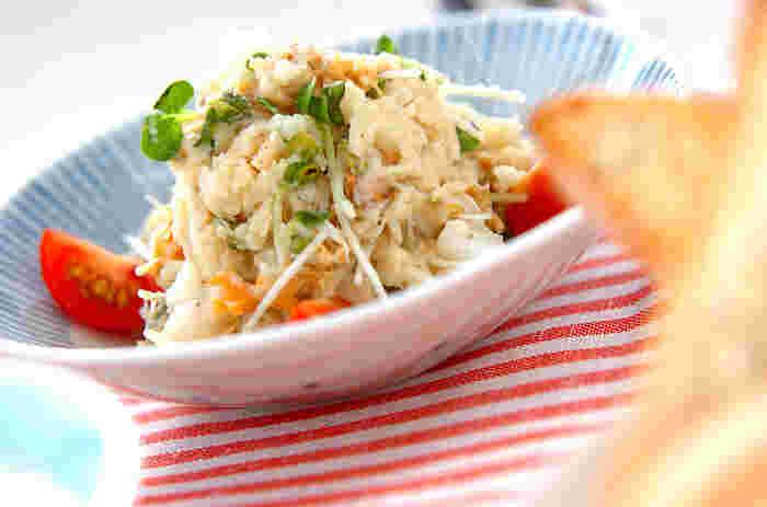 ポテトサラダにホタテ缶をアレンジしたサラダレシピです。カイワレや大根で食感の広がりも楽しめます。