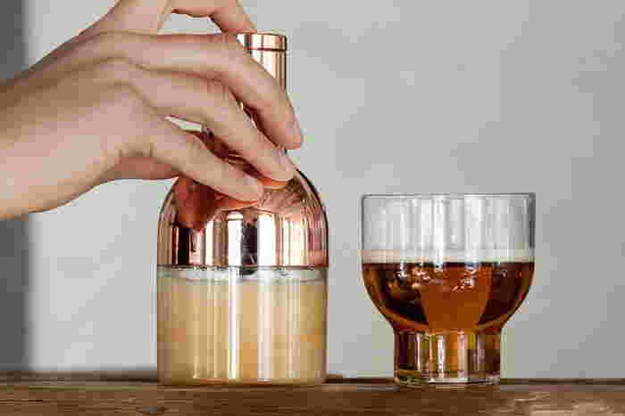 いつもの缶ビールを、まるでバーで飲む一杯のようにしてくれるビールフォーマーです。セットして20秒まぜるだけで、極上のクリーミーな泡が実現します。毎日晩酌する人、ビール好きの人にぴったり。
