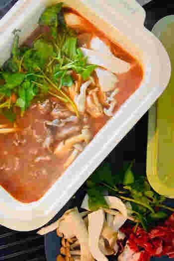グリル鍋なら、しゃぶしゃぶ・すき焼きなどの鍋物や、おでん、煮物などが簡単にできます。一人鍋もとってもおいしくできます。写真は、牛肉とクレソンのトマつゆしゃぶしゃぶ。