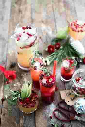 フルーツポンチは、アルコール飲料やジュース類に、小さめに切った果物を入れて作ります。17世紀以前に西ヨーロッパ、特にイギリスで発祥したともいわれています。パーティーなどでジュースやカクテル感覚で飲むこともできますし、汁を少なめにすれば、果物を食べるのを楽しむデザートになります。