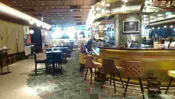 GINZA SIXの6階にある銀座大食堂は、贅沢感が楽しめるワンランク上のフードコートという雰囲気。 330坪の大ホールにイタリアン・中華・和食・海鮮料理・肉料理などの飲食店が集まる大食堂は、母娘で食べ物の好みが違って安心です。