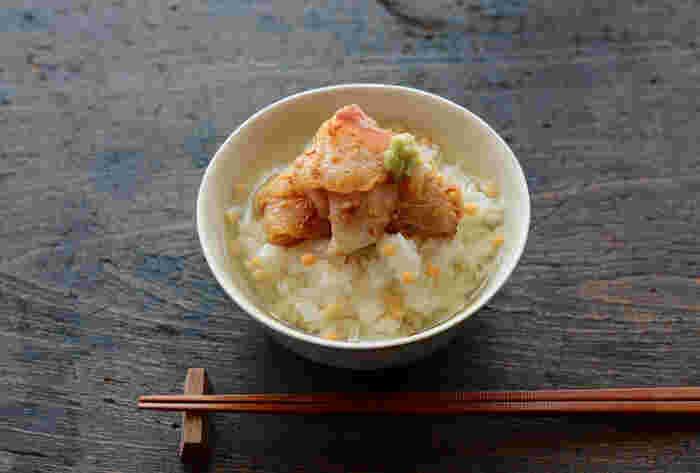 鯛のお刺身を使って作る、ちょっぴり贅沢な味わいの鯛茶漬け。鯛の甘みがふんわり広がり、ごまの香りが香ばしい。