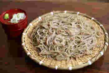 蕎麦は、素材の状態と調理した状態で数え方が変わります。  まず、乾麺のお蕎麦は「一把(いちわ)」または「一束(ひとたば)」と数えます。  調理した時の呼び方は温・冷で異なります。温かい汁に入っているお蕎麦は「一杯」。ざる蕎麦やせいろ蕎麦などの冷たいお蕎麦は「一枚」と数えます。  どちらで数えたら良いか分からない、という時は「一人前(いちにんまえ)」が使いやすい表現ですね。  また、日本らしい風流な数え方として「ひと啜り(ひとすすり)」という数え方もあります。「蕎麦をひと啜り」と聞くと、つるつるっとしたお蕎麦が思い浮かびませんか?