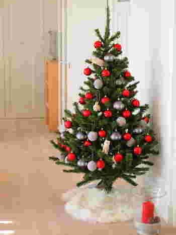 大きな玄関であれば、クリスマスツリーを飾るのも◎。スペースがない場合は玄関シェルフにミニツリーを飾って。