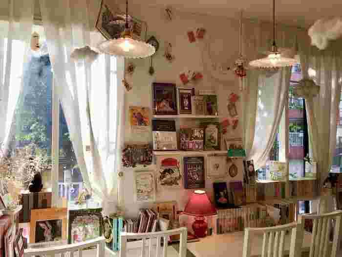 真っ白なテーブルと椅子に、天井からぶら下がる雲やお人形などなど、どこを見ても乙女な世界観の店内は、非日常感がたっぷり味わえます。
