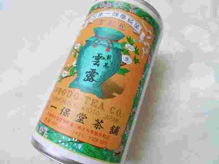 特徴的な、お茶缶。密封して保管すれば、味も香りも保てます。玉露、抹茶、煎茶など、相手の好みに合わせて選んでみてくださいね。一番小さい缶だと、100g程度から購入できます。老舗の缶入りのお茶は、目上の方への贈り物にもピッタリですよ。