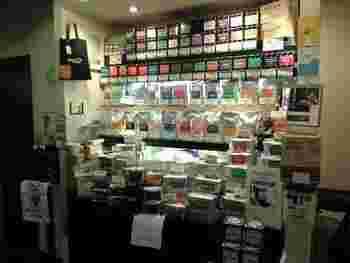 レジの横には様々な種類の茶葉を販売しています。お気に入りの紅茶が見つかったら購入して持ち帰れるのもいいですね。
