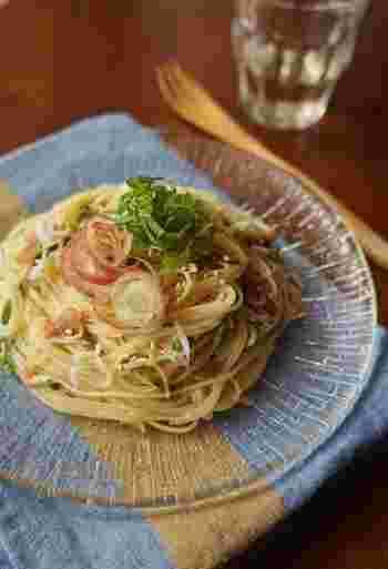 梅と大葉、みょうがなど和風で仕上げた冷製パスタ。めんつゆを使うので、細いカッペリーニはまるでそうめんのようですね。さっぱりとしてるので、食欲がない日にもおすすめです。