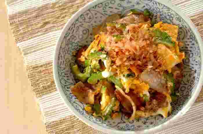 チャンプルーは、沖縄の方言で「ごちゃまぜ」という意味。豆腐と野菜などを炒めた料理で、とくにゴーヤチャンプルーはよく知られていますね。本場では、かたい島豆腐を使いますが、木綿豆腐をしっかり水切りすることで代用できます。