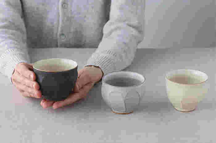 お茶の色が映えるよう内側は淡い色合いになっています。それぞれ釉薬が違う黒・白・粉引の3色。女性の手にすっぽりと収まるちょうどいいサイズ感です。