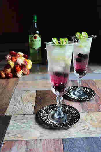 冷えたグラスに、冷凍ブルーベリー、クラッシュアイス入れ、モヒートと白ワインを注ぎます。刻んだライム果肉を入れ、白ワインを注げば完成です。 ハート型のライムがとっても可愛らしいアクセントに!二層になったカクテルは、マドラーで軽くかき混ぜれば、淡いピンク色のシュワシュワモヒートに…