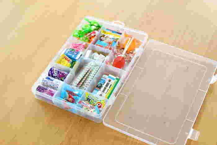 ダイソーの150円商品の「セクションケース」。仕切り板がはずせて、ますの大きさが調節できるので便利です。ラムネやキャンディーなどのこまごまとしたお菓子類の収納にぴったり。