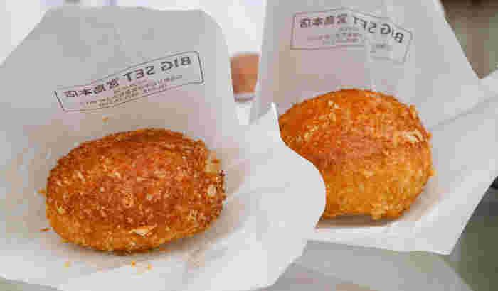 食べ歩きしやすいカレーパンも大人気!こちらは広島産の牡蠣を使った贅沢なカレーパンです。サクサクに揚げたカレーパンは売り切れ次第終了で、常時熱々のものを提供しているそう。熱々のカレーパンに思いっきりかぶりつきましょう♪