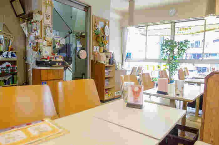 店内も昔ながらの雰囲気で落ち着けます。窓も大きく明るいため居心地は抜群♪