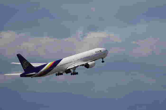 タイ・バンコクへは、成田から直行便で約7時間ほど。 少し長いかもしれませんが、航空会社によっては機内でエキゾチックなエスニックミールが楽しめるところも多くあり、楽しいですよ。  到着まで現地のガイドブックなどを読み進めるのもいいですよね。