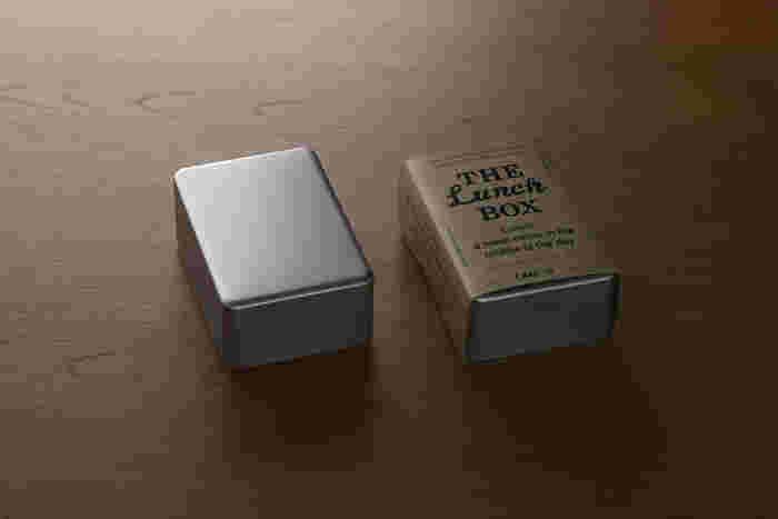 「アルミ(アルマイト)」のお弁当箱、と聞くと「ザ・昭和!」と言われそうですが、実は最近の幼稚園では「アルミ(アルマイト)」のお弁当箱を推奨している園も多いんです。  その理由は、高い熱伝導率。冬場に保温器でお弁当箱を温める園では、プラスチック製のお弁当箱がNGの場合もあるんです。保温器にそのまま入れられる「アルミ(アルマイト)」のお弁当箱はママ達の間では有名なんですよ。