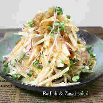 大根とザーサイを中華ドレッシングで和えたピリ辛のサラダ。あと引くおいしさで、お酒が進みます。パリパリとした歯応えもいいですね。さっぱり味のおつまみは、一品あると喜ばれます。