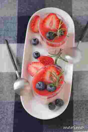 こちらは、面倒な裏ごしもなく電子レンジで加熱して簡単に作れる苺のムース。素材の色や形を活かして、楽しく可愛く盛り付けるのもデザートを楽しむポイント。