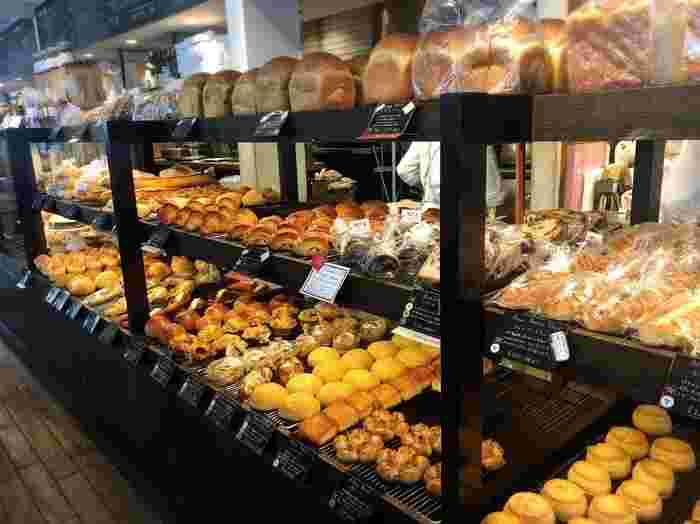 広い店内にはカフェスペースもたっぷり用意されており、ベビーカーを置くスペースも確保されるのでママ会や女子会にもおすすめです。パンは、全粒粉小麦を中心にこだわりぬいた粉を使用し、自家製天然酵母させています。パンの種類も豊富&季節ごとに変わるメニューもあるので、何度訪れてもわくわくします♪