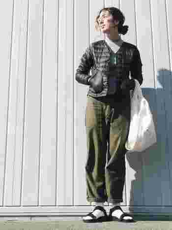 Vネックのダウンジャケットをタートルニットに合わせるとシャープな印象に。ワイドパンツと合わせてメンズライクに着こなしたスタイルです。