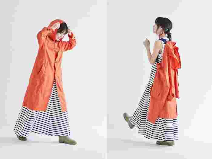 アクティブな印象の鮮やかなオレンジ。天候の変化にも柔軟に対応できるレインコートは、野外フェスやアウトドアシーンでも大活躍。ネイビーカラーの映えるショルダーは、濡れたコートを背負えるので、両手があくのも嬉しいポイント。