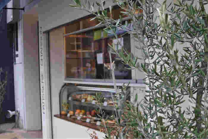 夜ににぎわうカフェ「CHARBON」。飲み放題などもあり、歓送迎会やウエディング二次会などにも利用されるお店です。
