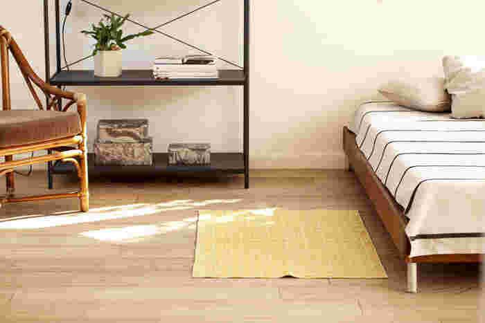小さなラグは、ベッドサイドに最適。素足で足を付ける場所に敷いておけば、朝目覚めた時にも足元がひんやりしません。