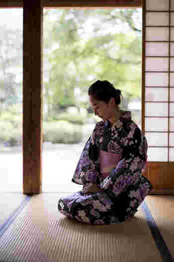 畳に座る際は、膝の後ろを折りたたむように手を入れ、浴衣のすそを整えながら座ります。椅子の場合も同じように、裾を意識しながらゆっくりと腰から落とすように座ると美しく見えますよ。