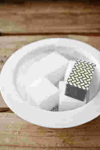 金属や鏡などにこびりついた頑固なうろこ汚れを落とすなら、人工のダイヤモンドの研磨材をスポンジに貼り付けたクリーナーが威力を発揮してくれます。水で濡らしながら、円を描くようにして少しずつ汚れを削るのがコツ。ただし、曇り止めコーティングやフィルム加工された素材には使えませんので、その点だけ注意しておきましょう。