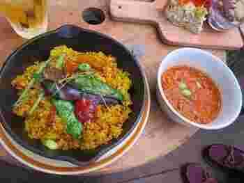 オーナーシェフの加藤さんが手掛けるお料理は、野菜中心のヴィーガン料理。ご自身の体調管理のために始めたマクロビ食から得た知識を活かしてお店をオープンさせたそう。シェフが厳選したオーガニック野菜を使ったやさしい味のお料理は、小さなお子さんのいる家族連れにも人気です。