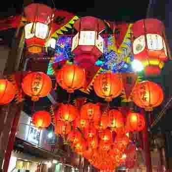 まずは、長崎の冬の名物でもある『長崎ランタンフェスティバル』をご紹介します。日本三大中華街のひとつである長崎市の新地中華街に住む華僑の方々が、中国の旧正月を祝ったことがその始まりと言われています。