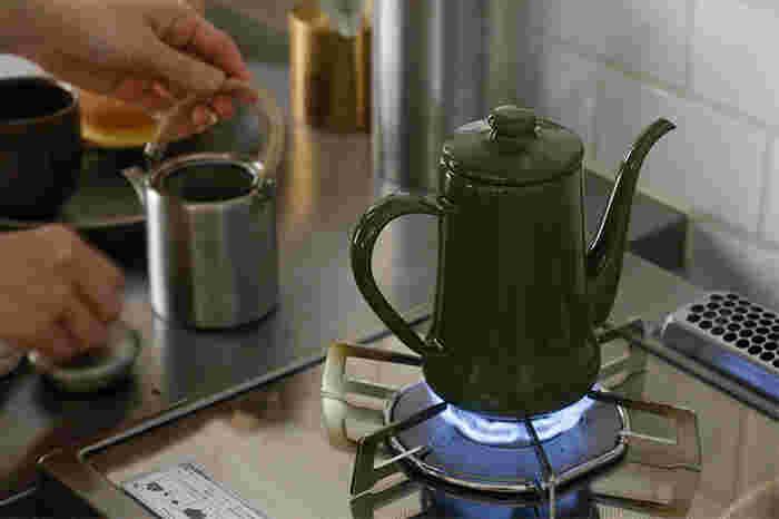次に、適切な豆や粉の量とお湯の量をチェックしていきましょう。今回は、コーヒーカップ4杯分(マグカップ2杯)の場合の分量で解説していきます。